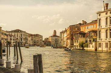 канал в венеции.  улица старые здания канал.