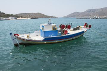 Einzelnes Fischerboot am Hafen von Lipsi, auf  der griechischen Insel Lipsi, Dodekanes