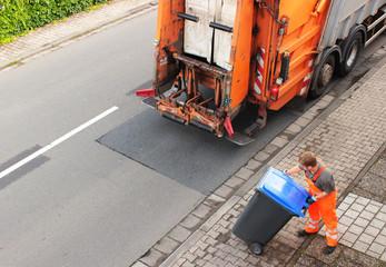 Müll, Papiermüll, Altpapier, Mülltonne wird entleert