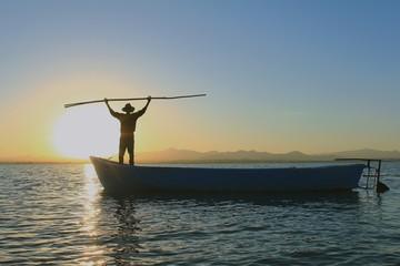 Göl Balıkçısı ve Teknede Gün Doğumu