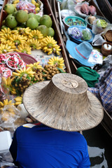 Kobieta na targu wodnym w Damnoen Saduak sprzedaje owoce. Tajlandia.