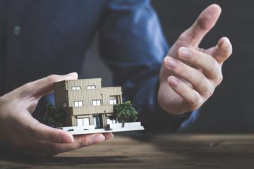 住宅イメージと男性