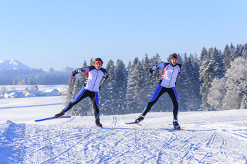perfekte Synchronität beim Skaten im Winter