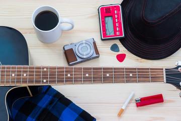 Festival Arrangement: Gitarre, Hut, Kamera, Zigarette und mehr