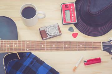 Festival Arrangement: Gitarre, Hut, Kamera, Zigarette und mehr, retro