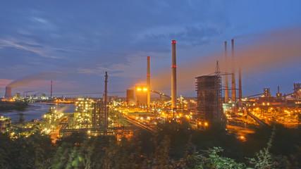 Blick vom Alsumer Berg auf die Industrielandschaft in Duisburg. Der Alsumer-Berg ist als ehemalige Halde ein beliebtes Ausflugsziel in der Region