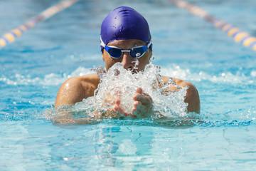 Mann beim Brustschwimmen im Schwimmbecken