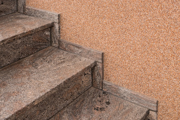 Moderne Treppe aus Granit und Wand mit Kieselbeschichtung - Modern staircase made of granite and wall coated with pebbles