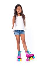 petite fille adolescente avec roller sur fond blanc