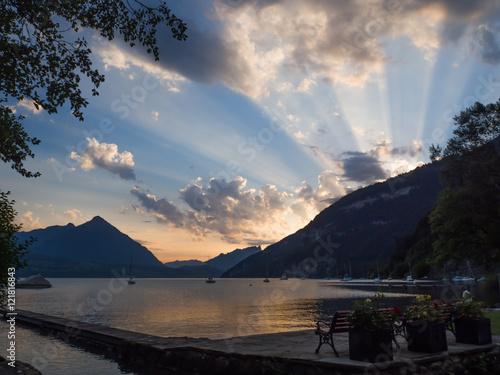 puesta de son en interlaken suiza, en el camping manor farm i, lago