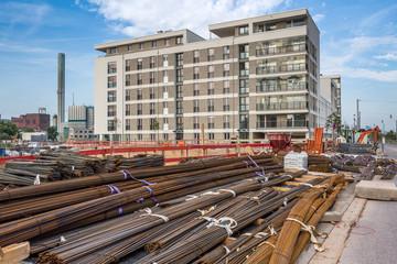 Baumaterial auf der Baustelle in Neubaugebiet
