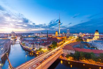 Berlin Panorama am Abend von der Fischerinsel mit Blick auf den Alexanderplatz und Fersehturm