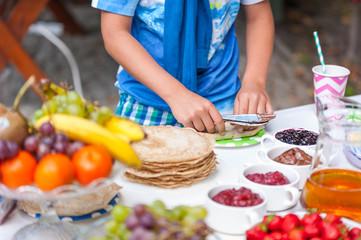 Naleśniki z owocami i czekoladą