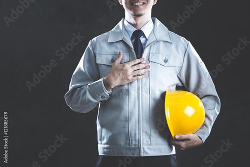 作業服を着ている男性 黒背景