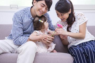 ソファで遊ぶ家族