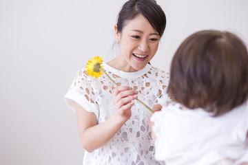 子供に花を渡す女性