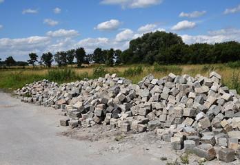 Pflastersteine liegen neben der Straße