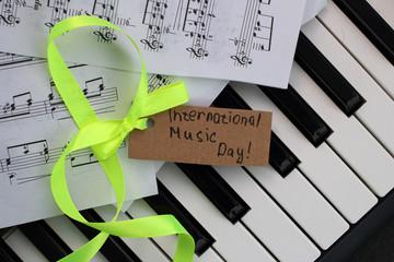 Клавиши пианино и ноты