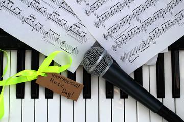 Пианино, ноты и микрофон в международный день музыки