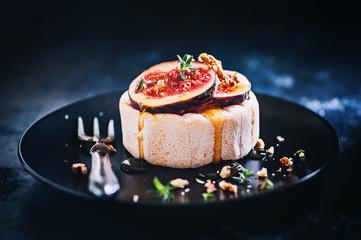 Camembert mit Feigen und Honig
