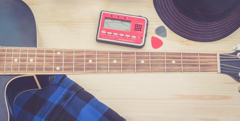 Festival Arrangement: Gitarre, Hut, Stimmgerät und Plektren, widescreen sepia