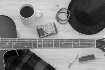 Festival Arrangement: Gitarre, Hut, Kamera, Zigarette, Kaffee und mehr, schwarz weiß