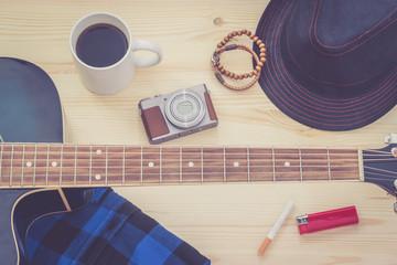 Festival Arrangement: Gitarre, Hut, Kamera, Zigarette, Kaffee und mehr, retro