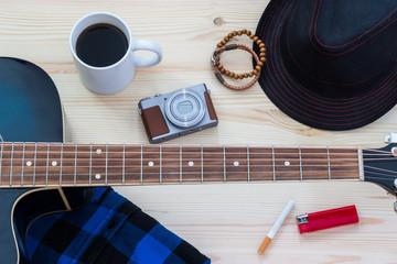 Festival Arrangement: Gitarre, Hut, Kamera, Zigarette, Kaffee und mehr
