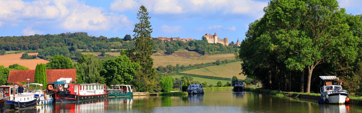 Le canal de Bourgogne à vandenesse-en-auxois, vue sur châteauneuf