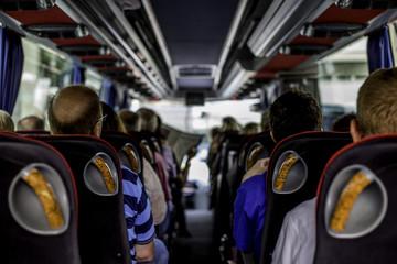 Busfahrt in einem gut gefüllten Bus