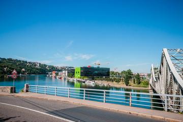 La Saône dans le quartier de Confluence à Lyon et le pont ferroviaire de La Mulatière