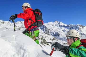 Alpinisten beim Aufstieg im winterlichen Hochgebirge