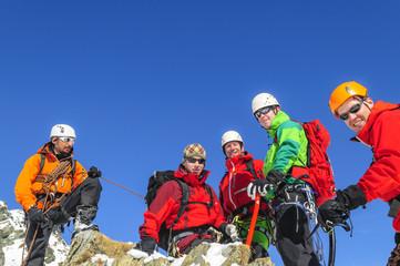Gipfelfreude bei einer Gruppe Alpinisten