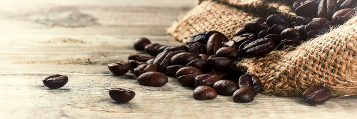 Foto op Aluminium Koffiebonen Roasted coffee beans on old wood background