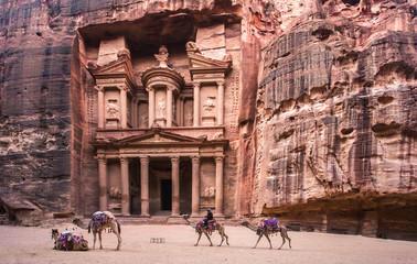 Anteprima Aggiungi alla raccolta  Trova immagini simili  Condividi Cambia Foto d'archivio: Bedouin camel rests near the treasury Al Khazneh carved into the rock at Petra, Jordan