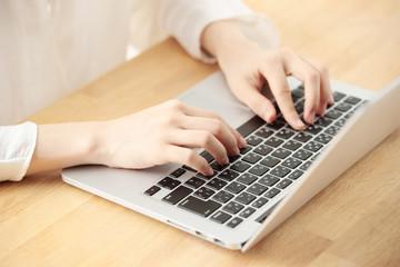 パソコン・女性手元
