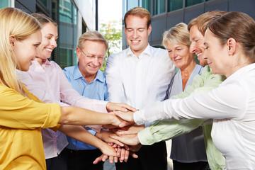 Geschäftsleute stapeln Hände zur Motivation