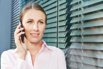 Junge Frau telefoniert mit Smartphone