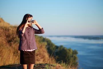 девушка фотографирует пейзажи