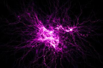 Blitze mit einer Teslaspule in dunklen Raum