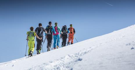 Gruppe von Skitourengehern beim Aufstieg