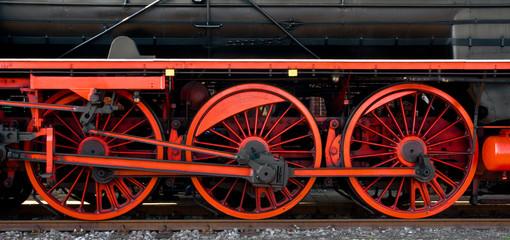Triebwerk einer historischen  Schnellzug - Dampflokomotive mit Rädern und Treibstangen
