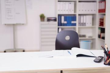 arbeitsplatz mit unterlagen auf dem schreibtisch