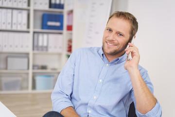 zufriedener angestellter im büro telefoniert