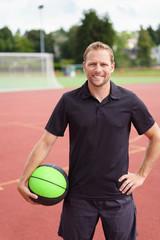 sportlehrer mit basketball