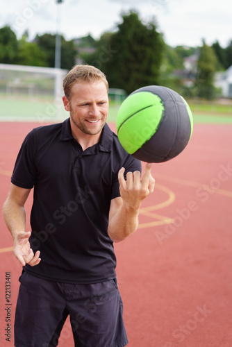 Quot mann dreht einen basketball auf seinem finger fotos de