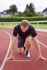 läufer beim start auf einer tartanbahn