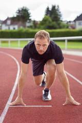 konzentrierter läufer beim start
