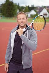 tennisspieler auf dem weg zum platz