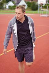 sportler dehnt seinen oberschenkel